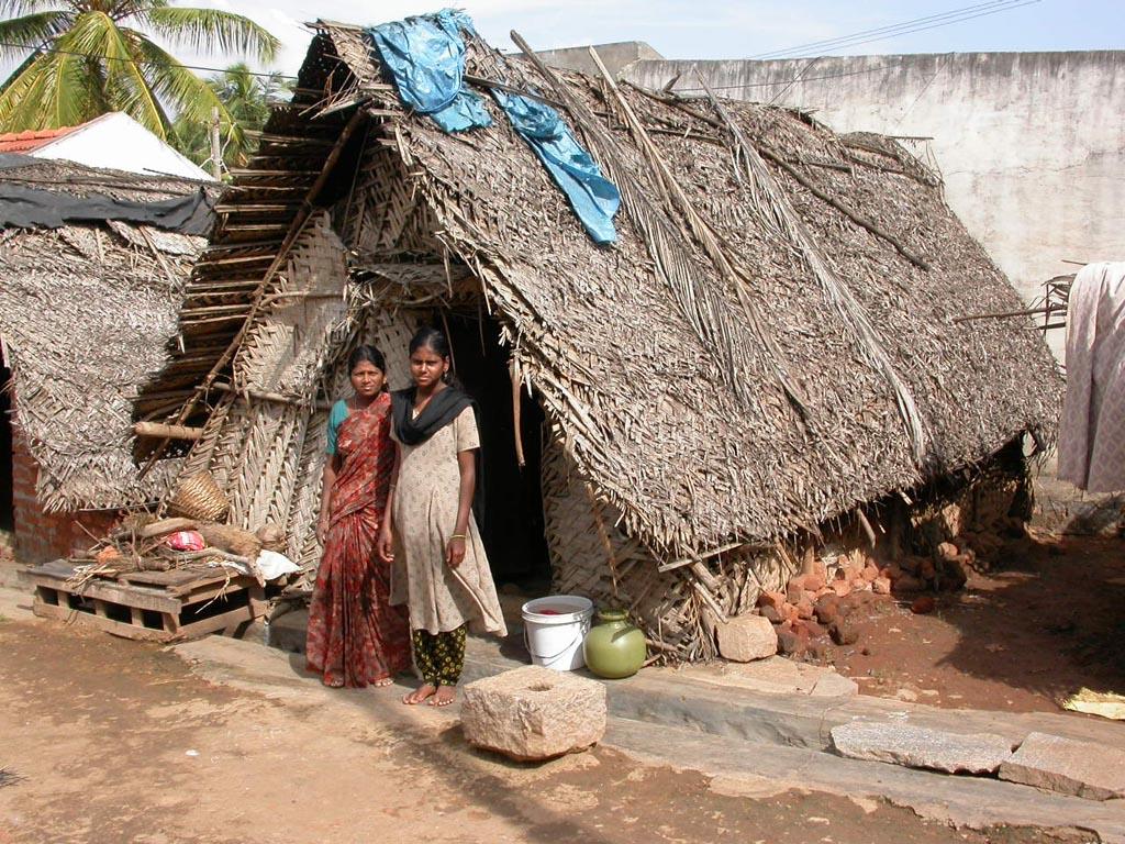 Mit Palmblätter bedecktes, altes Haus unseres Patenkindes Kavita. (Quelle: 1x1 für Indien)