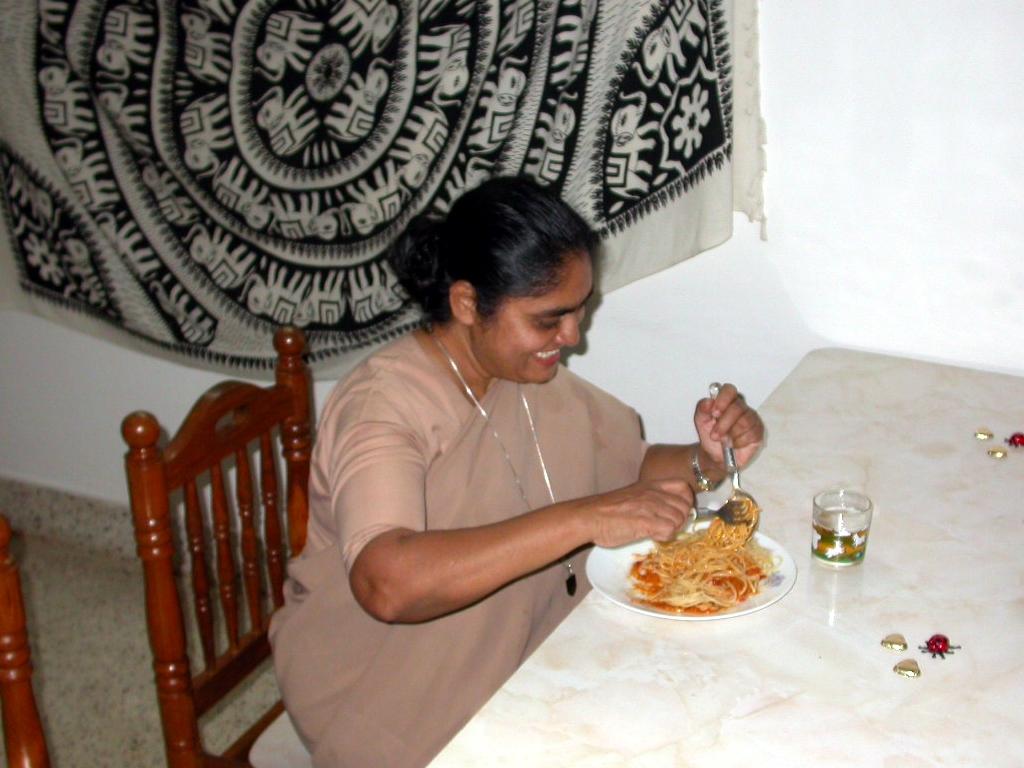 Sr. Selma isst ihre Spaghetti mit etwas Mühe, aber offensichtlich mit Genuss und Spass