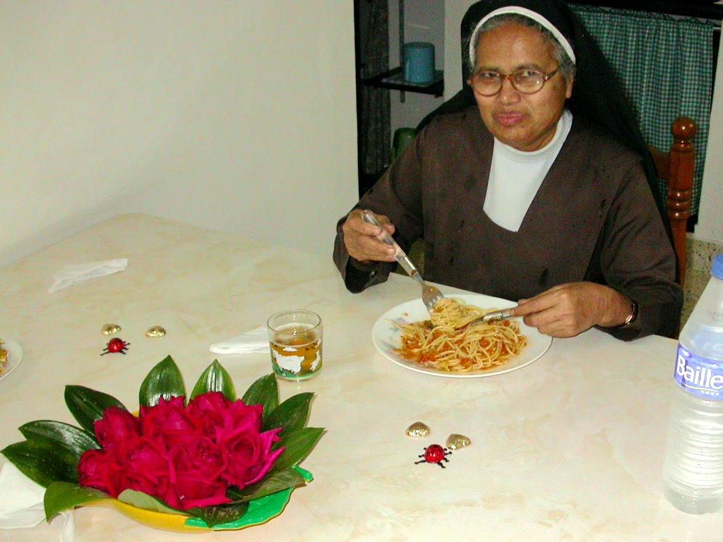 Die Spaghetti schmecken auch Sr. Crescens, doch geht sie etwas vorsichtiger ans Werk.